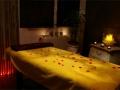 La salle de massage intimiste et chaleureuse